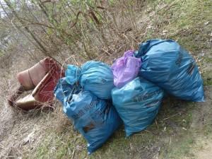 Die Sammlung: Sofa & Berge von Verpackungsmüll - der Rest lag in der Wiese verstreut - pfui!